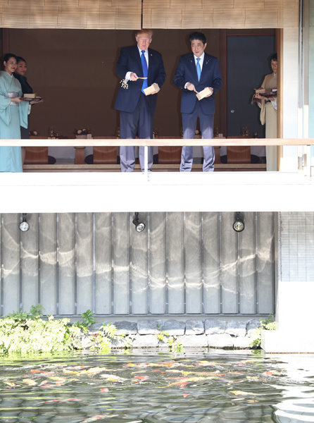 Photograph of the leaders feeding the carp at an Akasaka Palace State Guest House pond (2)