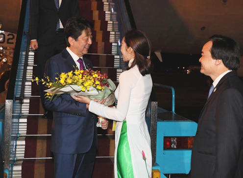 Photograph of the Prime Minister arriving in Viet Nam (2)