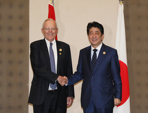 Photograph of the Prime Minister shaking hands with the President of Peru