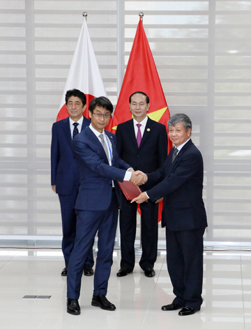 Photograph of the Prime Minister and the President of Viet Nam attending the exchange of documents  (3)