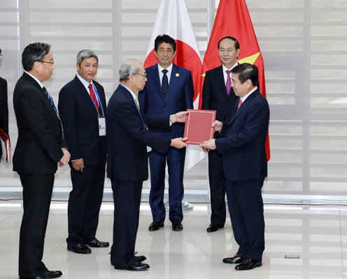 Photograph of the Prime Minister and the President of Viet Nam attending the exchange of documents  (4)