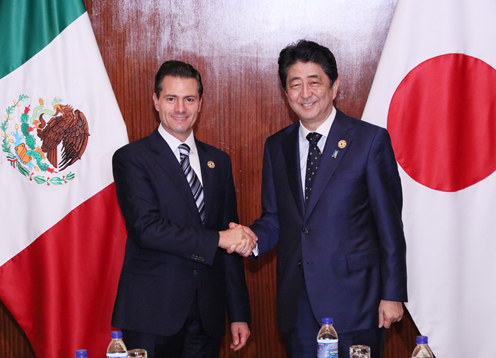 Photograph of the Prime Minister shaking hands with the President of Mexico