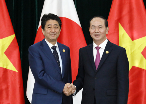 Photograph of the Prime Minister shaking hands with the President of Viet Nam