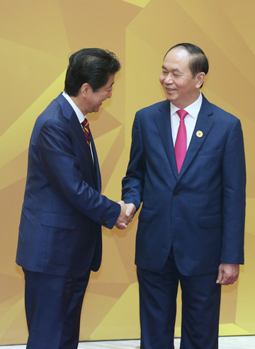 Photograph of Prime Minister Abe being welcomed by the President of Viet Nam (pool photo) (1)