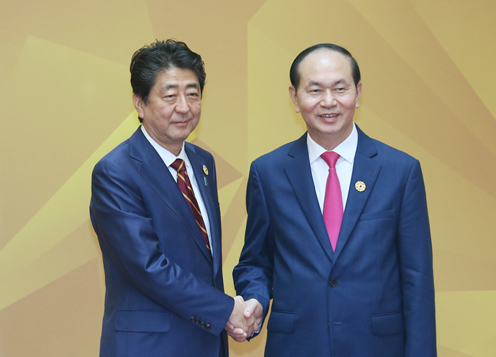 Photograph of Prime Minister Abe being welcomed by the President of Viet Nam (pool photo) (2)