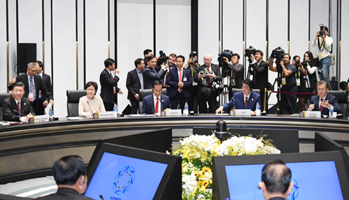 Photograph of the APEC Economic Leaders' Meeting (pool photo) (1)