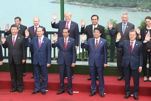 Photograph of the leaders' commemorative photograph session (pool photo) (2)
