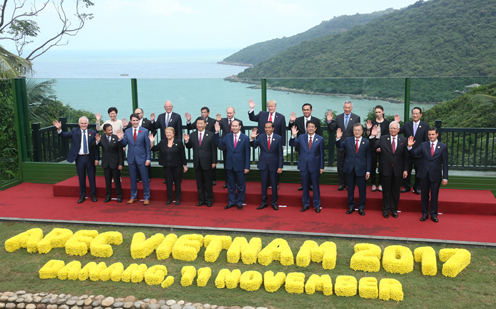 Photograph of the leaders' commemorative photograph session (pool photo) (1)