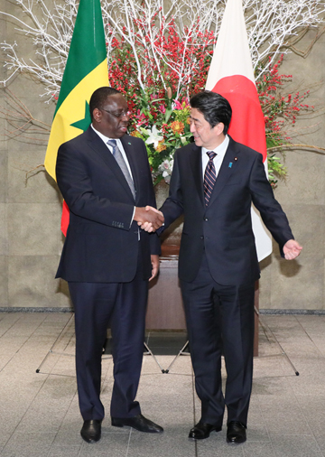 Photograph of the Prime Minister welcoming the President of Senegal