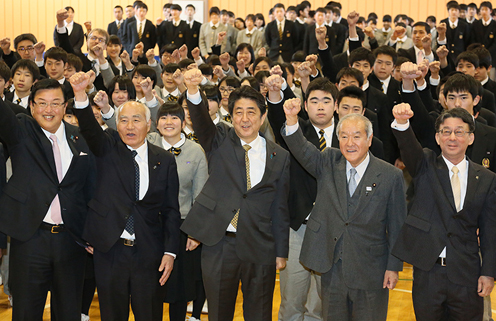 Photograph of the Prime Minister visiting Iwate Prefectural Otsuchi High School  (1)