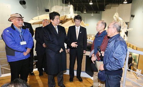 Photograph of the Prime Minister visiting the Whale and Science of Sea Museum (2)