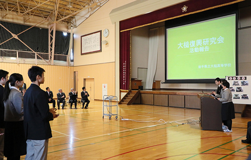 Photograph of the Prime Minister visiting Iwate Prefectural Otsuchi High School  (2)