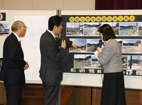 Photograph of the Prime Minister visiting Iwate Prefectural Otsuchi High School  (3)