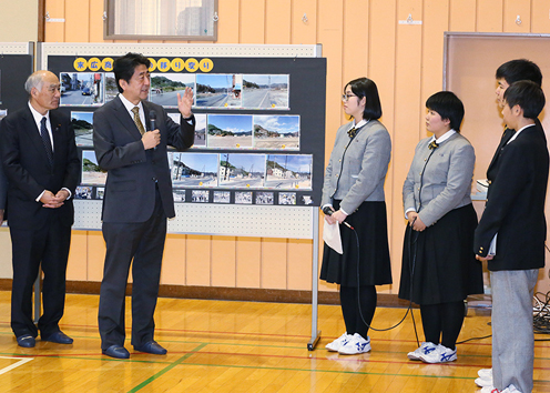 Photograph of the Prime Minister visiting Iwate Prefectural Otsuchi High School  (4)