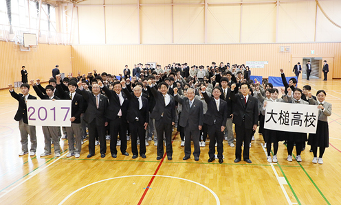 Photograph of the Prime Minister visiting Iwate Prefectural Otsuchi High School  (5)