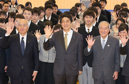 Photograph of the Prime Minister visiting Iwate Prefectural Otsuchi High School  (6)