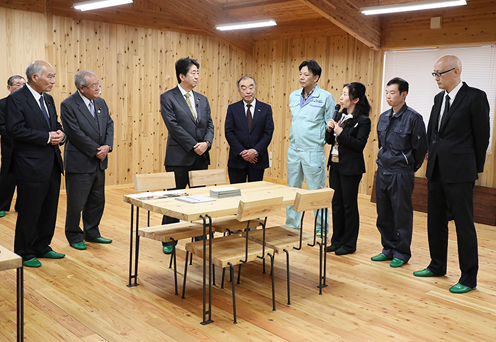 Photograph of the Prime Minister visiting the Kamaishi Forest Owner's Association (1)