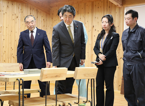 Photograph of the Prime Minister visiting the Kamaishi Forest Owner's Association (2)