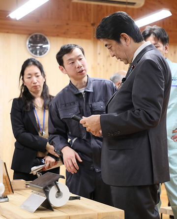 Photograph of the Prime Minister visiting the Kamaishi Forest Owner's Association (3)