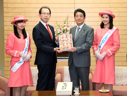 Photograph of the Prime Minister being presented with Anpo persimmons (1)