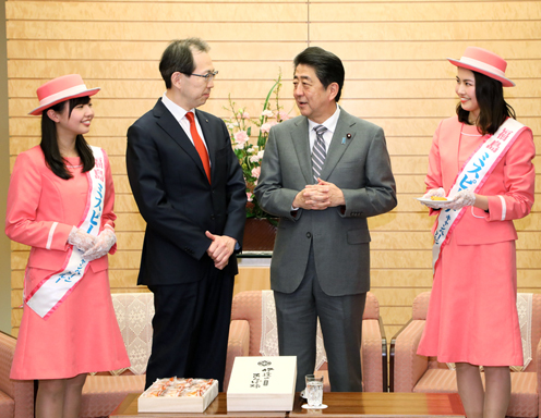 Photograph of the Prime Minister being presented with Anpo persimmons (2)