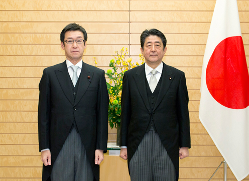 Photograph of the Prime Minister attending a commemorative photograph session with State Minister Tanaka (1)
