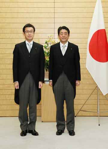 Photograph of the Prime Minister attending a commemorative photograph session with State Minister Tanaka (2)