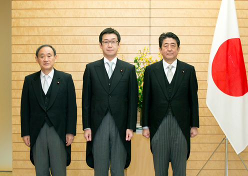 Photograph of the Prime Minister attending a commemorative photograph session with State Minister Tanaka (3)