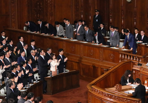 Photograph of the Prime Minister bowing after the vote at the plenary session of the House of Representatives (1)