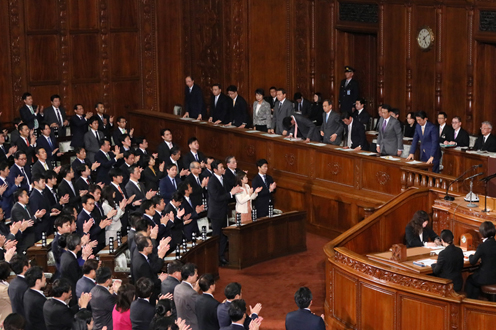 Photograph of the Prime Minister bowing after the vote at the plenary session of the House of Representatives (2)