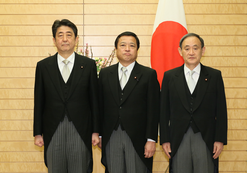 Photograph of the Prime Minister attending a photograph session with the newly appointed Minister Fukui (1)