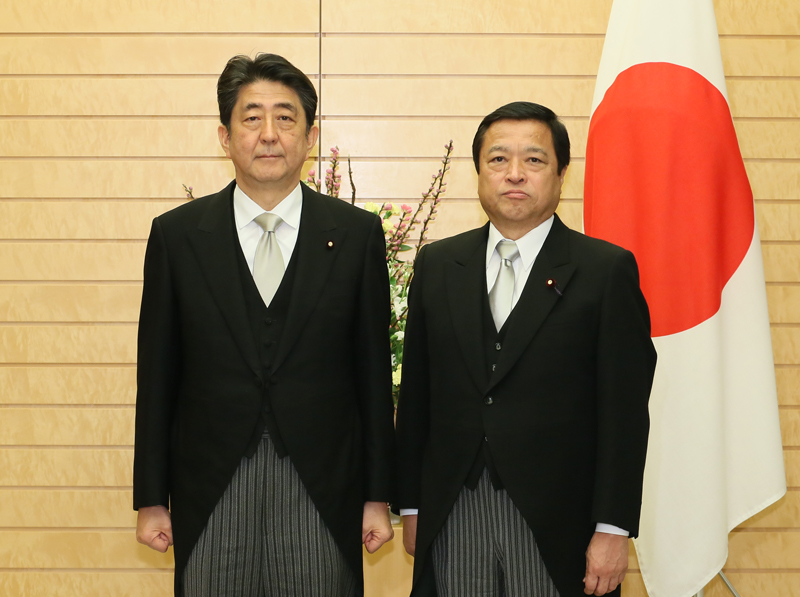 Photograph of the Prime Minister attending a photograph session with the newly appointed Minister Fukui (2)