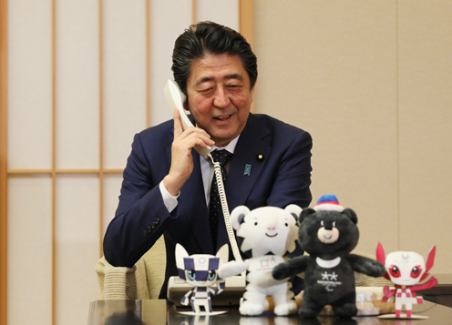 Photograph of the Prime Minister making the congratulatory telephone call to alpine skier Momoka Muraoka