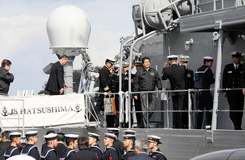 Photograph of the Prime Minister touring the minesweeper J.S. Hatsushima (minesweeper) (1)