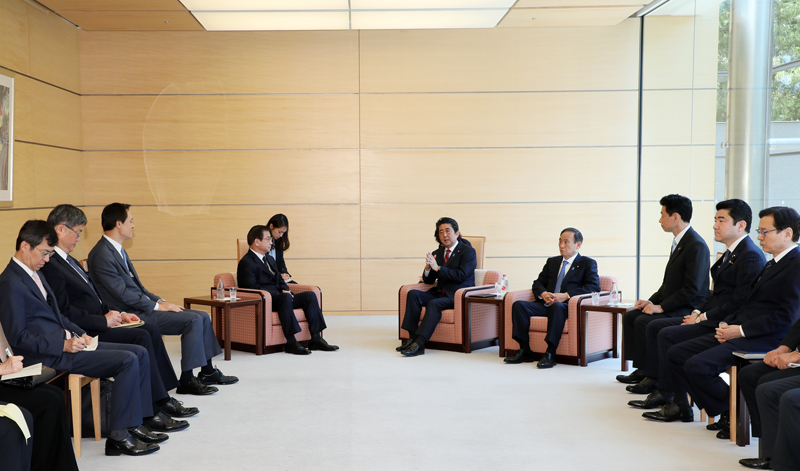 Photograph of the Prime Minister holding the meeting
