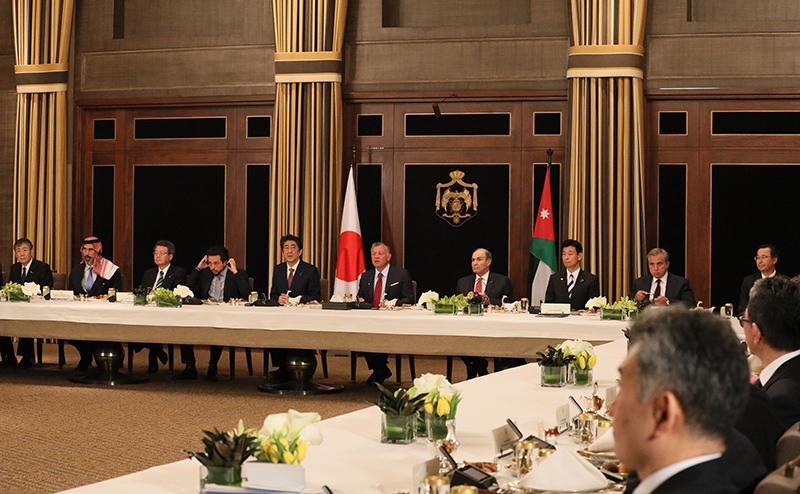hotograph of the Prime Minister attending a working lunch with the economic mission