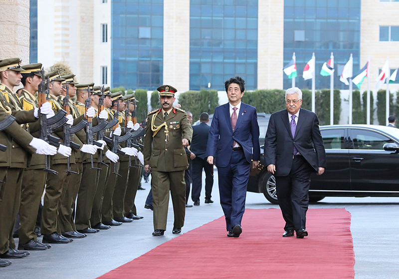 Photograph of the Prime Minister being welcomed by the President of Palestine