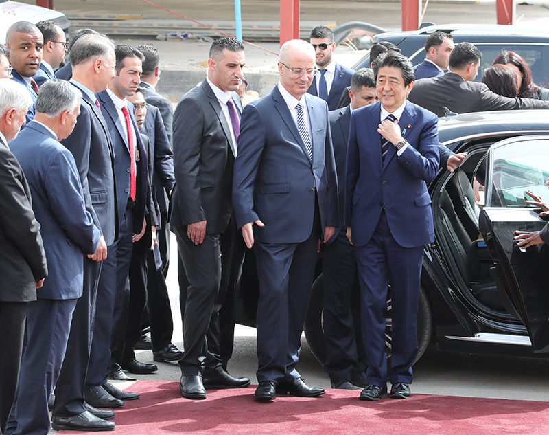 Photograph of the Prime Minister being welcomed by the Prime Minister of Palestine