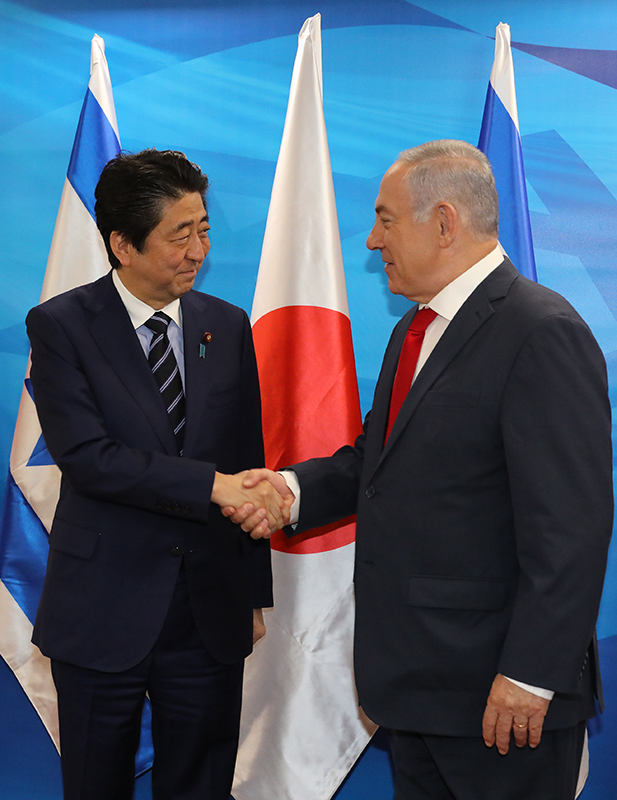Photograph of the Prime Minister being welcomed by the Prime Minister of Israel