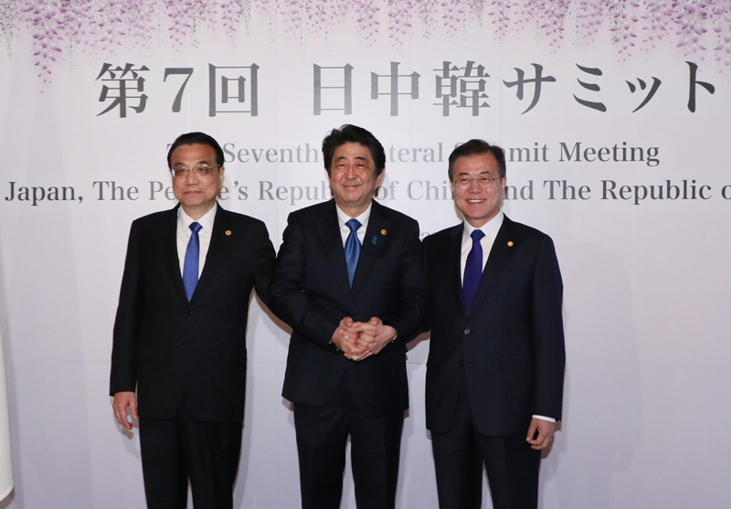 Photograph of the commemorative photograph session at the Japan-China-ROK Trilateral Summit Meeting