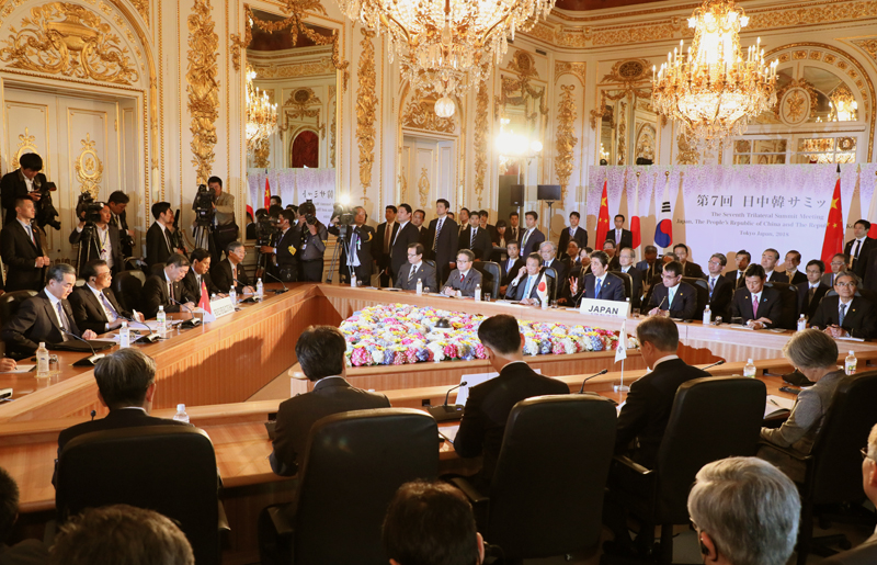 Photograph of the Prime Minister making a statement at the Japan-China-ROK Trilateral Summit Meeting