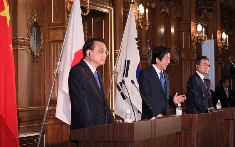 Photograph of the Japan-China-ROK joint press announcement