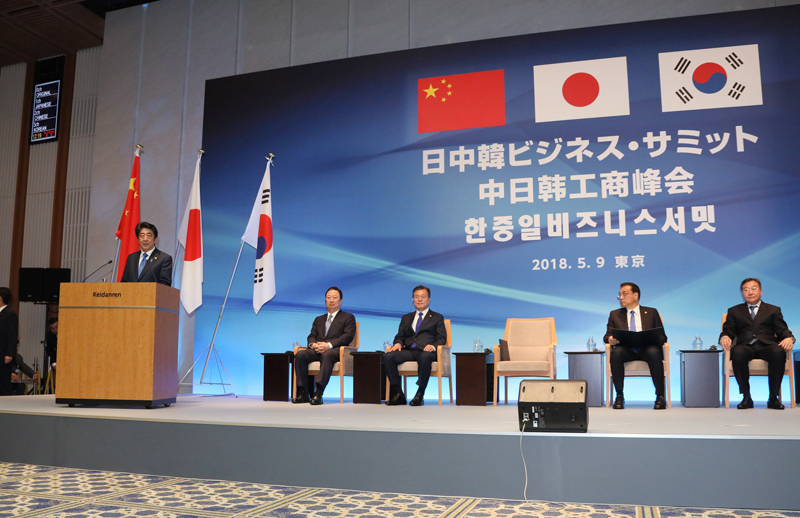 Photograph of the Prime Minister delivering a speech at the Japan-China-ROK Business Summit