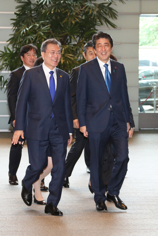 Photograph of the Prime Minister welcoming the President of the Republic of Korea at the Prime Minister's Office