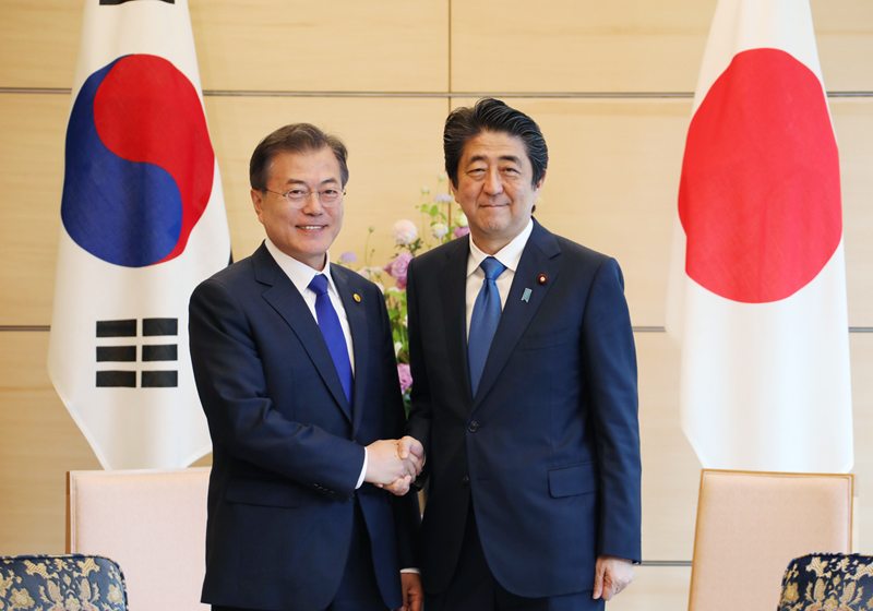 Photograph of the leaders of Japan and the ROK shaking hands
