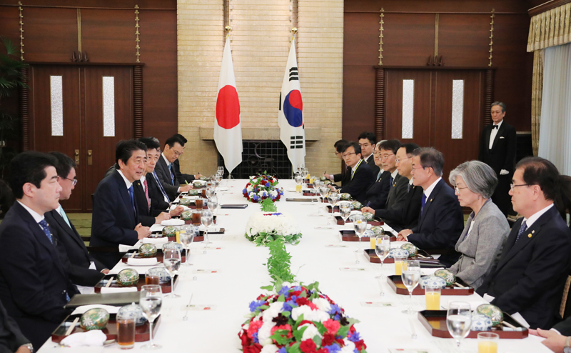 Photograph of the Japan-ROK leaders' lunch meeting
