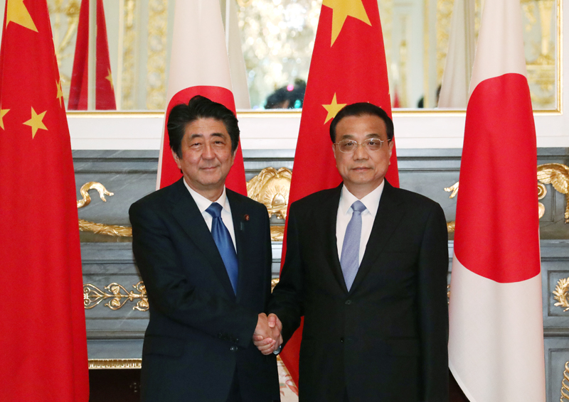 Photograph of the leaders of Japan and China shaking hands