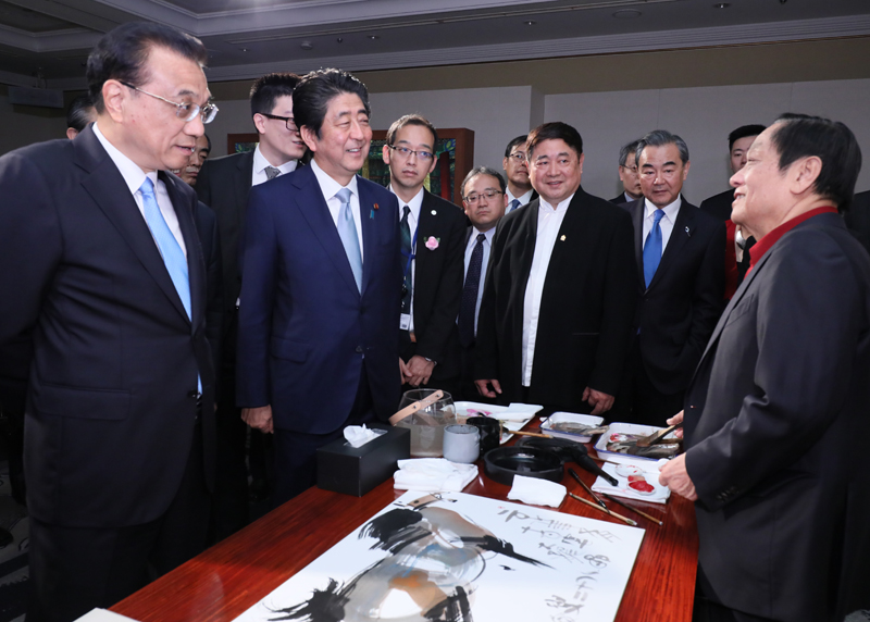 Photograph of the Prime Minister viewing the Chinese Culture Exhibition