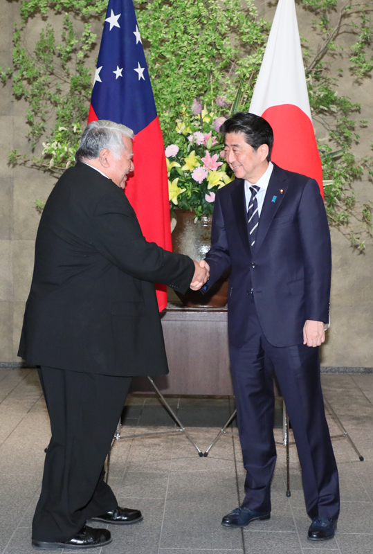 Photograph of the Prime Minister welcoming the Prime Minister of Samoa