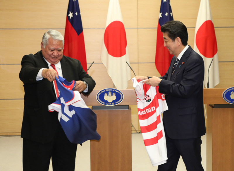 Photograph of the leaders exchanging uniforms of their countries' national rugby teams